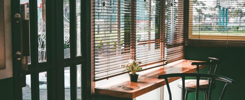 Okna drewniane z żaluzjami